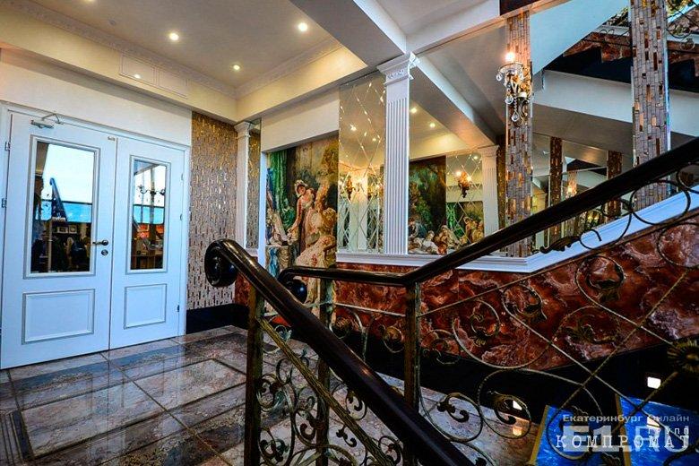 Лестница с лепниной и позолотой в «Сима-ленде»