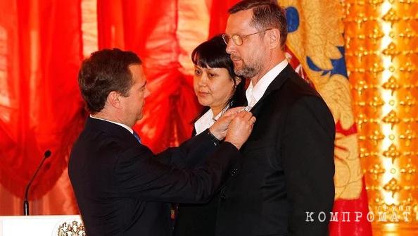 """Президент Медведев вручает Голощапову и его жене орден """"Родительской славы"""""""
