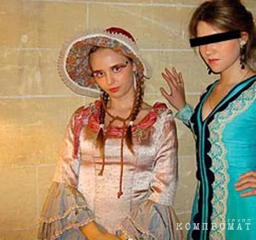 Мария Путина (слева) на костюмированном фестивале в Маастрихте