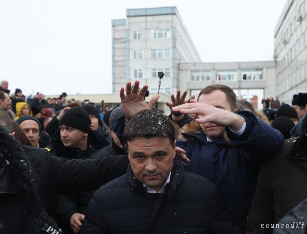 Визит губернатора Андрея Воробьева к разъяренной толпе в Волоколамске кончилось тем, что его забросали снежками. А мэра города — ударили по голове. Мэр был моментально отправлен в отставку