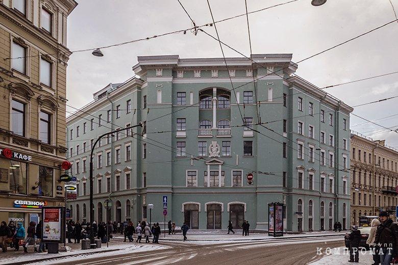 В этом здании находится вестибюль «Адмиралтейской»