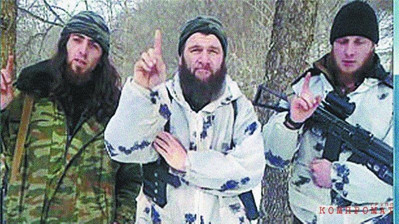 Главарь, запрещённой в России террористической организации «Имарат Кавказ» Доку Умаров (в центре)