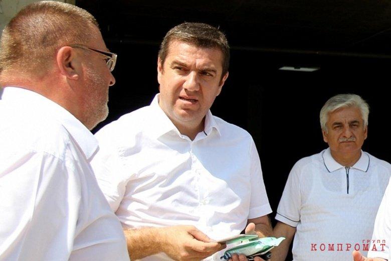 Юрий Оганян (в центре)