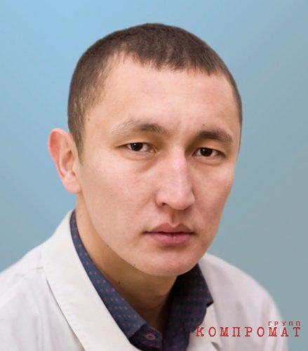 Хасанов Кайрат Аманбаевич – врач травмотолог-ортопед. Окончил Челябинский государственный медицинский институт в 2009 году по специальности «Лечебное дело», в 2010 году – интернатуру по специальности «Травматология и ортопедия». Прошёл повышение квалификации в 2015 году.