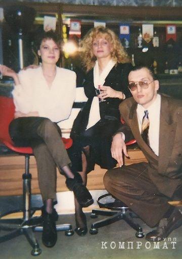 Людмила Путырская (в центре) и Владимир Путырский (справа).