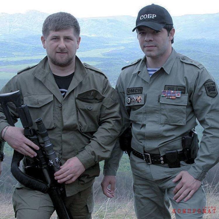 2015 год. Рамзан Кадыров в своих соцсетях поздравляет Хасана Асуханова с днем рождения такими словами: «Я знаю его, как храброго воина, мужественного человека, грамотного и заботливого командира». Через год в декабре Асуханов был в подвале.