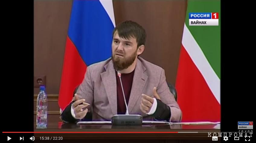 Ислам Кадыров на совещании правительства ЧР с гипсом на обеих руках. Май 2016
