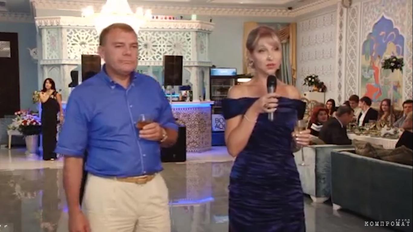 Александр Ремезков вместе со своей супругой на свадьбе племянника Андрея Арефьева