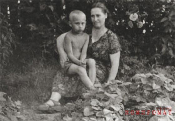 Владимир Путин с мамой Марией Шеломовой