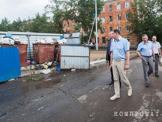 Игорь Шутенков проверяет мусорку