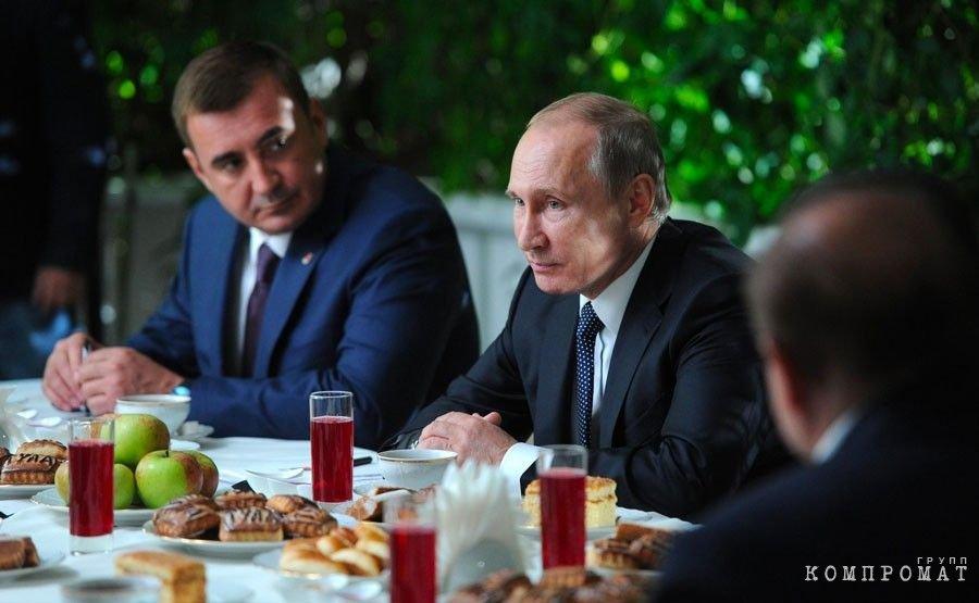 Дюмин и Путин во время встречи с представителями общественности Тульской области