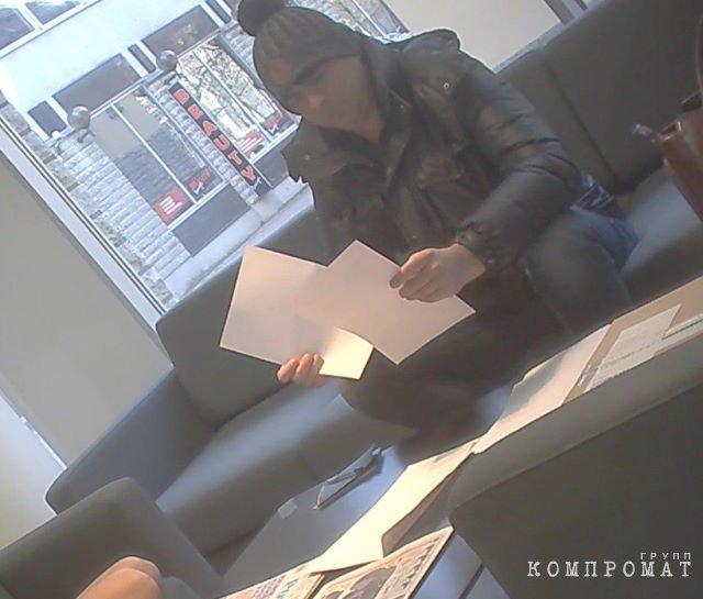 Алексей Эверсон читает отчет «Сведбанка» в офисе эстонской газеты Postimees