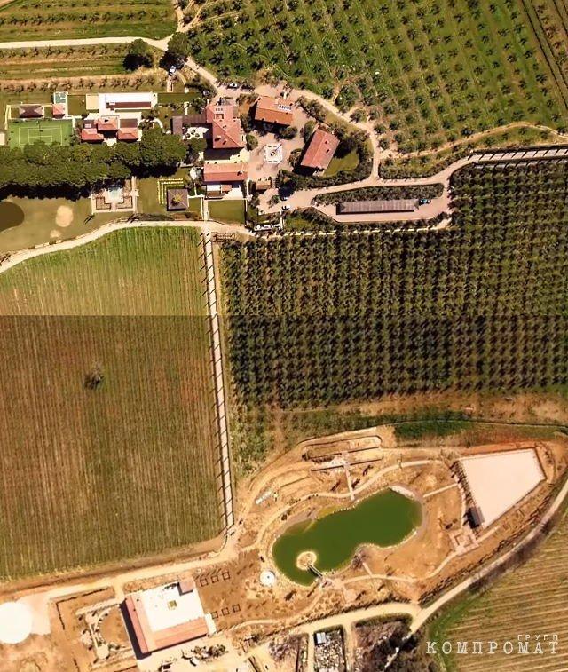 2017 год. Территория роскошного поместья Il Tresoro, принадлежащего Абызову. В верхней части скриншота — постройки прежних хозяев, ниже — виноградники, искуственный пруд и новая стройка