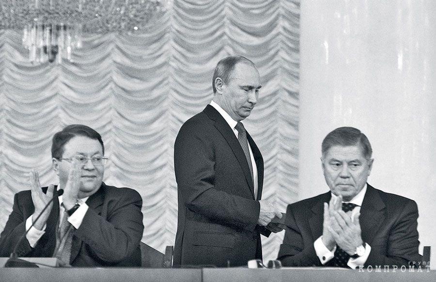 Председатель ВАС Антон Иванов (слева), председатель ВС России Вячеслав Лебедев (справа) и президент РФ Владимир Путин