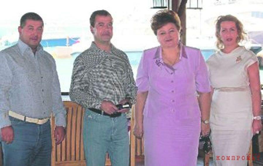 Бывший «крестный отец» Анапы Сергей Зиринов (первый слева) и премьер-министр Дмитрий Медведев, в комплексе «Золотая бухта» в 2011 году