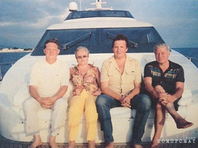 Судья Дмитрий Новиков (третий слева) рассказывал, как катал на катере в Сочи председателя ВС РФ Вячеслава Лебедева (справа) с супругой и бывшего председателя Мособлсуда Василия Волошина (слева)
