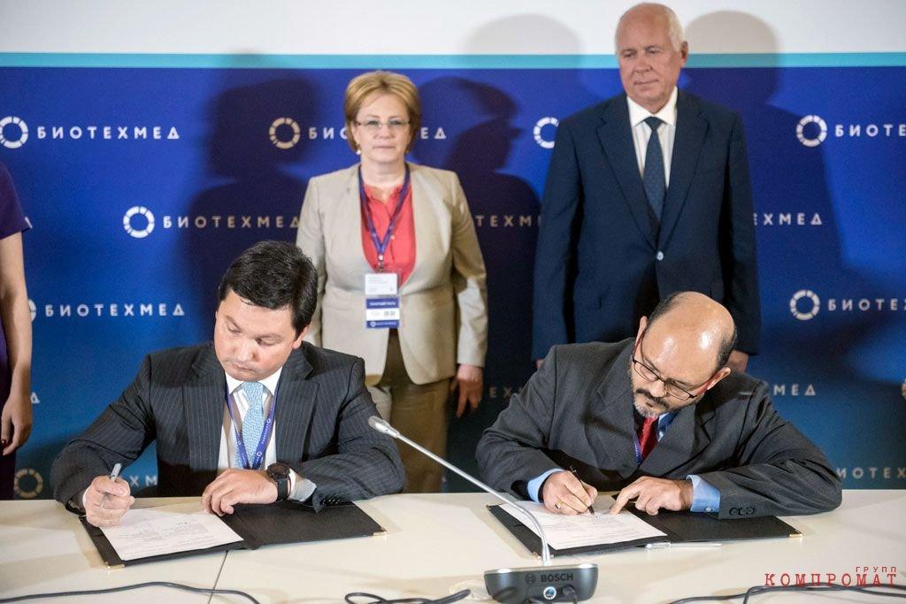 Кирилл Ганин (на переднем плане слева) и Сергей Чемезов (на заднем плане справа)