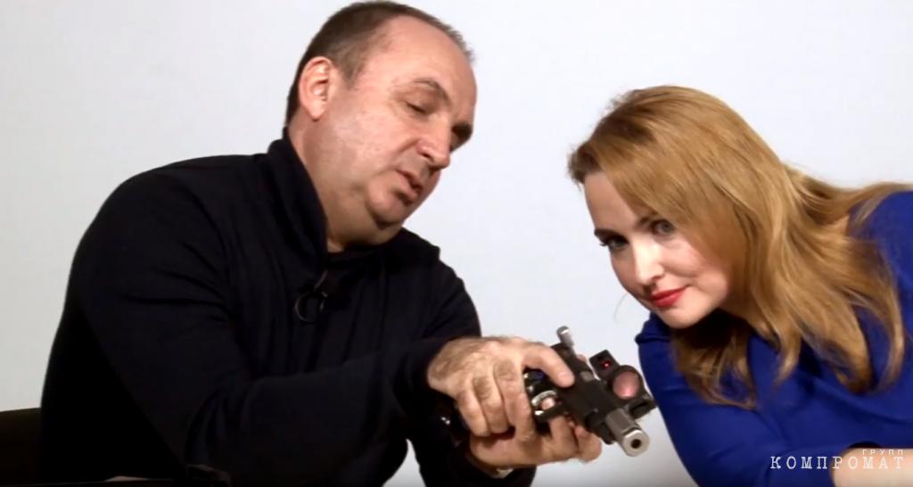 Дмитрий Колышков показывает телеведущей устройство пистолета