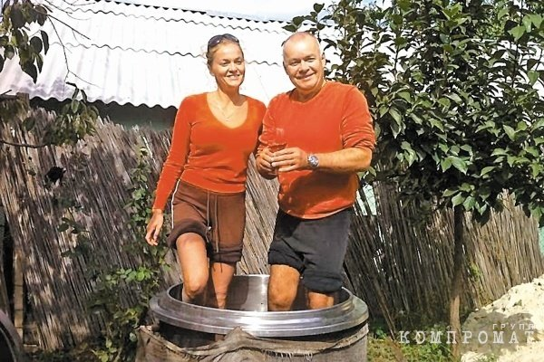 Дмитрий Киселев с супругой Марией давят виноград для вина (фото из личного архива телеведущего)