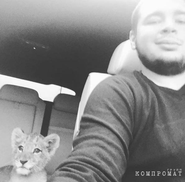 Быковский со львёнком Люмой