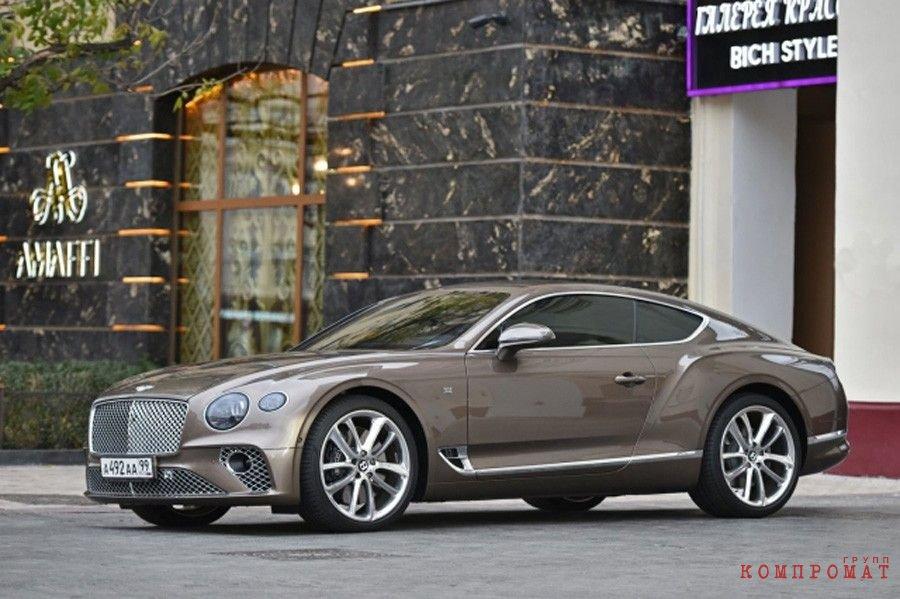 Автомобиль Bentley Марины Амаффи возле московского магазина