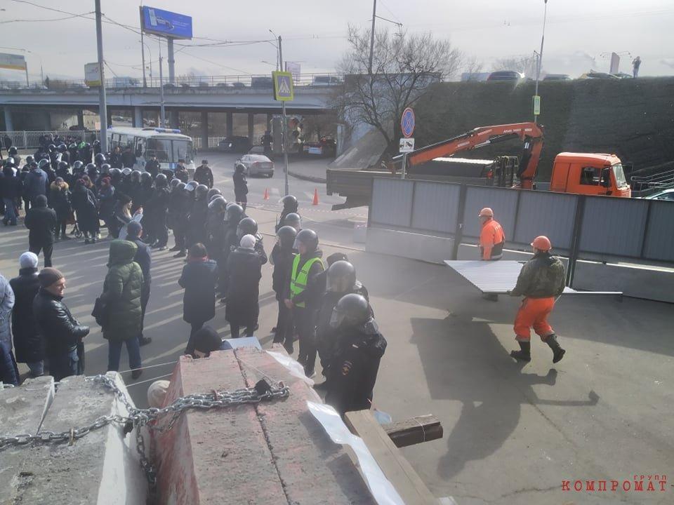 Полиция живым щитом охраняла установку забора