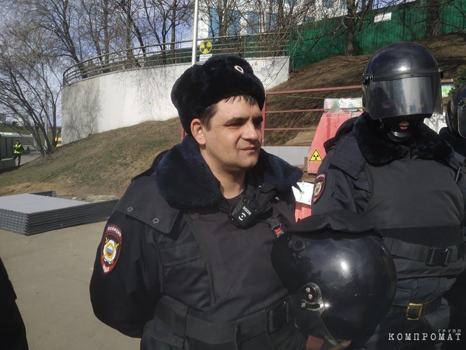 Сотрудник полиции на месте будущей стройки Юго-Восточной хорды