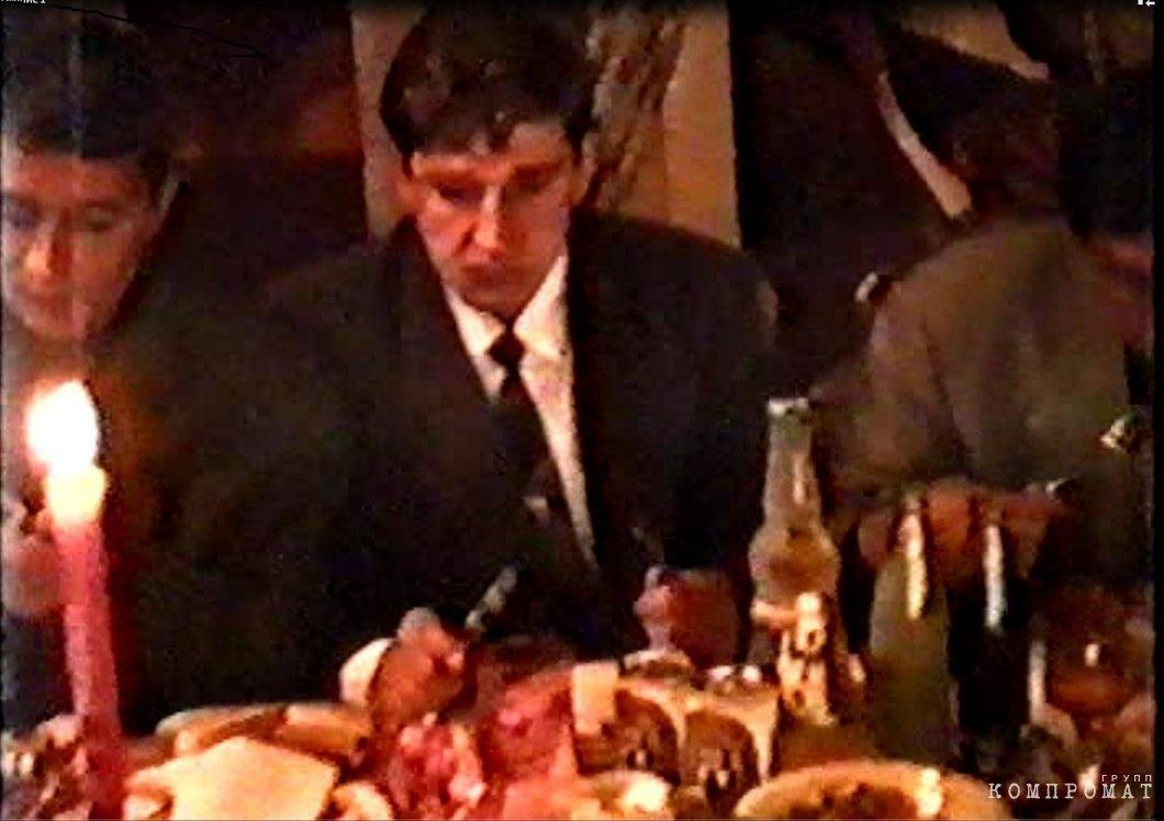 На дне рождения Кисы, май 1993. По правую руку Быкова — Инин и Наумов. К вопросу об иерархии (любая днюха у этого круга — тот же сходняк) и «незначительности» Инина и Наумова. Скриншот видео из архива Алексея Тарасова
