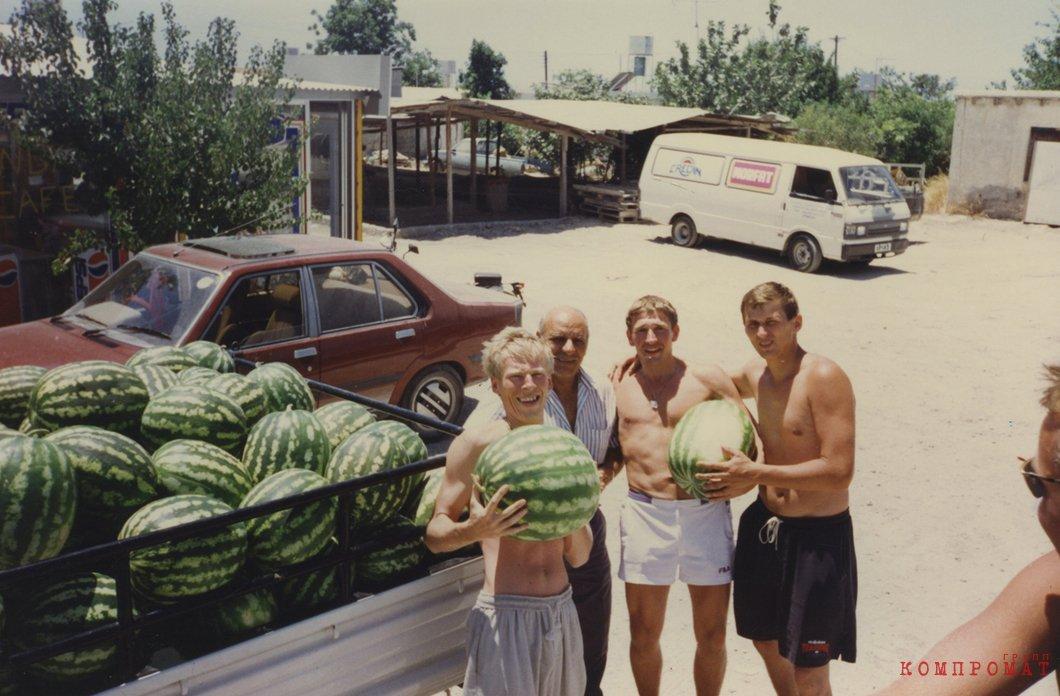 Герасимов, местный киприот, Инин и Алексеев на отдыхе. Фото из архивов родственников
