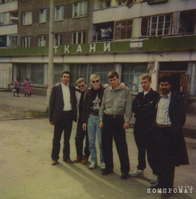 1990-е, бизнесмены с быковскими. По центру: Марьясов, Герасимов, Алексеев, Г. Войтенко. Фото из архива родственников. Публикуется впервые