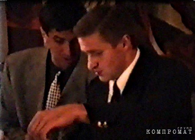 1993 год. День рождения Кисы (Олега Стяжкова). Быков с именинником. Скриншот с видео из личного архива Алексея Тарасова. Публикуется впервые