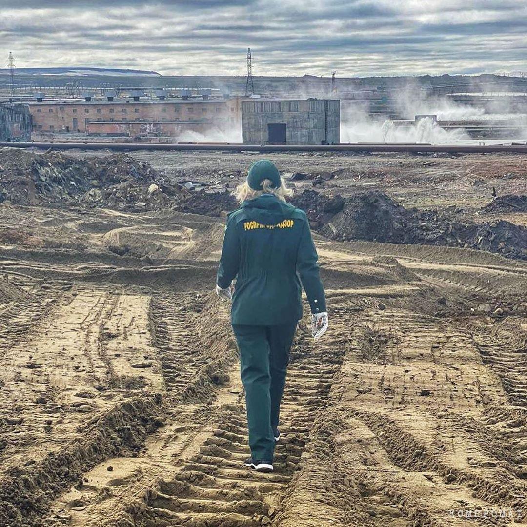 Светлана Радионова смело шагает по залитому дизелем Норильску