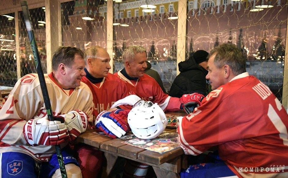 Музыкант Игорь Бутман, Владимир Путин, Вячеславом Фетисов на товарищеском хоккейном матче в 2017 году