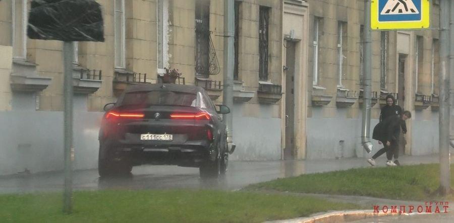 BMW с госномером С111СС178 едва не сбивает двух пешеходов на тротуаре