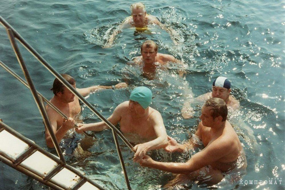 Купающийся в море Брежнев в окружении группы поддержки