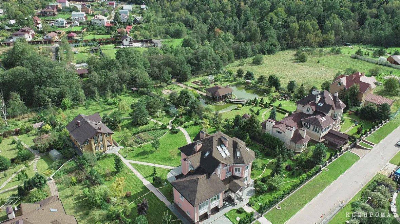Дом Валентины Захаровой в Митрополье (на первом плане снизу)