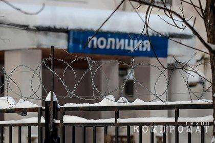 Российские полицейские несколько километров несли на руках пропавшего рыбака