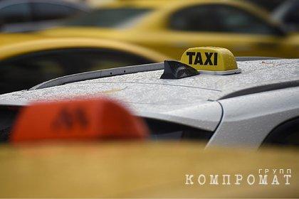 Таксист выбросил москвичку из машины и избил ее
