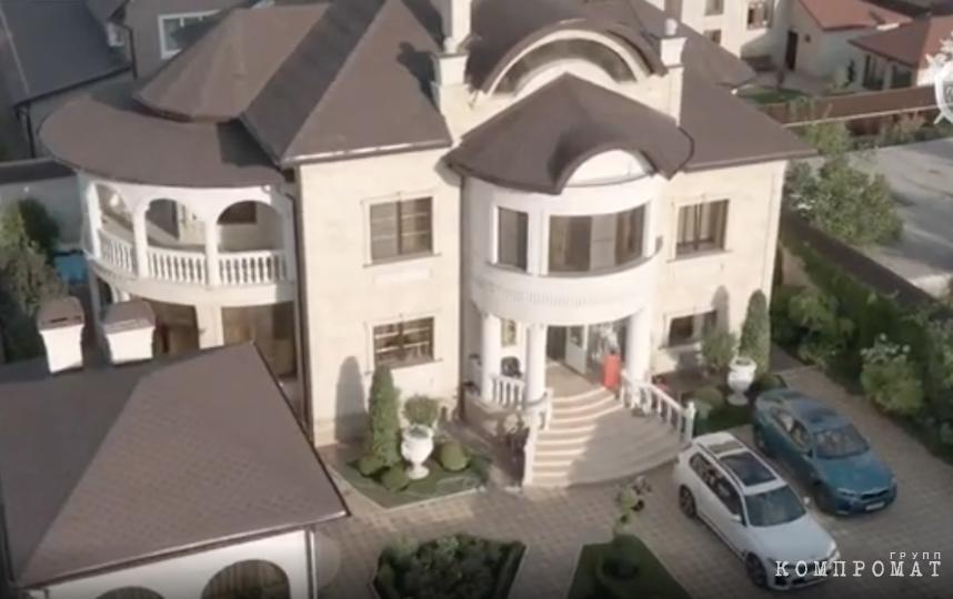 Дом Алексея Сафонова похож на жилье олигарха