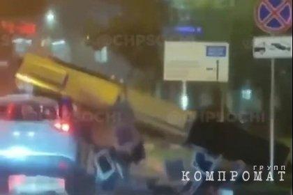 Падение рекламного щита на автомобиль в Сочи попало на видео