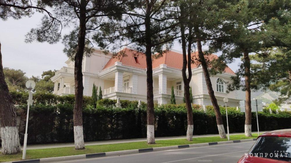 Скромный домик Дениса Мантурова