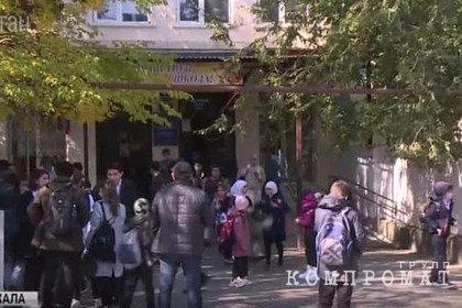 Старшеклассники избили журналистов после убийства в дагестанской школе
